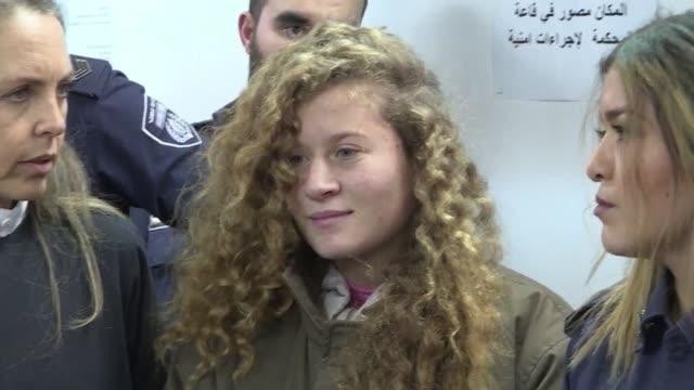 un tribunal militar de israel decidio el miercoles que la adolescente ahed tamimi que aparece golpeando a dos soldados en un video permanezca... - palestina stock videos and b-roll footage