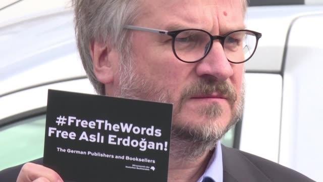 un tribunal turco ordeno el miercoles la puesta en libertad de la destacada escritora turca asli erdogan detenida desde agosto por haber colaborado... - diario stock videos and b-roll footage