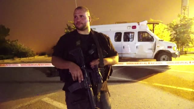 una ambulancia militar israeli que transportaba dos sirios heridos en su pais fue apedreada por una multitud de drusos en la meseta del golan - multitud stock videos & royalty-free footage