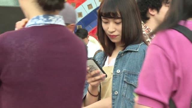 una aplicacion movil desarrollada por la policia de tokio para ahuyentar a los acosadores en las horas pico se ha vuelto exitosa entre las mujeres - human gender stock videos & royalty-free footage