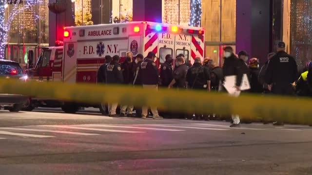 una automovilista embistió el viernes al menos a media docena de peatones que participaban de una protesta en manhattan, nueva york, causando heridos... - 救援人員 個影片檔及 b 捲影像