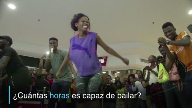 una bailarina nigeriana batio el record mundial guinness al danzar durante 137 horas seguidas - bailar bildbanksvideor och videomaterial från bakom kulisserna