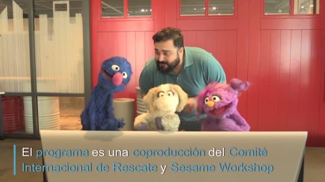 una banda de marionetas algunos antiguos amigos de plaza sesamo abordan en arabe temas somo la separacion de la familia para ayudar a los ninos a... - puppet stock videos & royalty-free footage