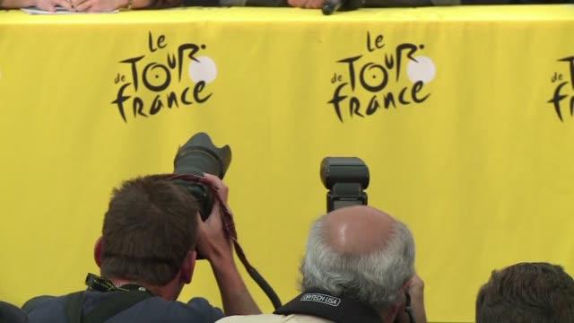 una caida en la decima etapa del tour de francia obliga al ciclista alberto contador a abandonar la carrera cinco dias despues de que lo hiciera... - tour de france stock videos & royalty-free footage