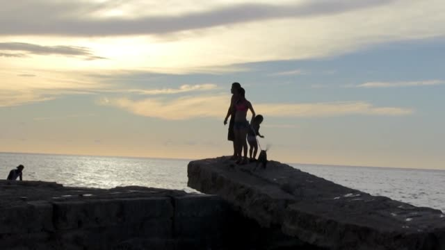 una carpa improvisada con maderos para protegerse del sol comida y bebida con el calor del verano los cubanos se vuelcan a las playas cuyo acceso... - comida stock videos & royalty-free footage