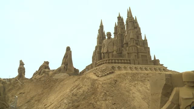 una ciudad belga organiza todos los anos uno de los mayores festivales mundiales de escultura con arena voiced mas que castillos de arena on june 19... - escultura stock videos & royalty-free footage