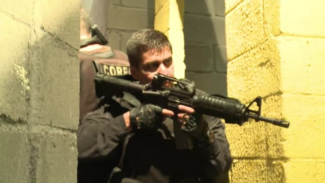 una ciudad recreada para entrenar la policia civil de brasil se prepara para el mundial 2014 en un espacio en el que simulan acciones como el control... - entrenar stock videos and b-roll footage