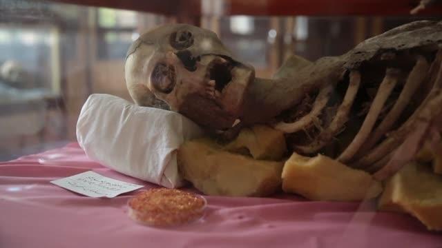 una colección momias que datan del año 400 ac corren el riesgo de perderse debido al conflicto armado en yemen que ha dejado destruccion y miles de... - arqueologia stock videos & royalty-free footage