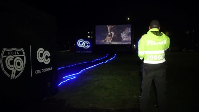vídeos y material grabado en eventos de stock de una compañía de cine colombiana lleva cine gratis a los habitantes de los barrios de bogotá, intentando llevar algo de alegría a las personas que ven... - llevar
