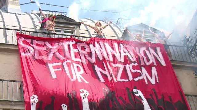 vídeos y material grabado en eventos de stock de una contramanifestacion con el torso desnudo. voiced : activistas se desnudan en paris on may 12, 2013 in paris, france - desnudo
