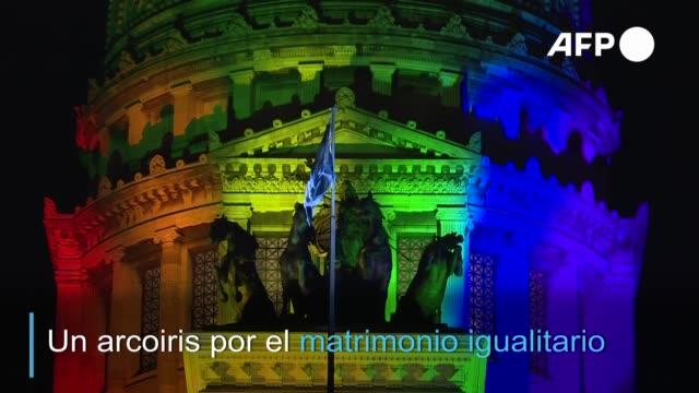 vídeos y material grabado en eventos de stock de una década después de aprobar la ley de matrimonio igualitario argentina lo celebró iluminando los principales monumentos y puntos de interés de... - bandera argentina