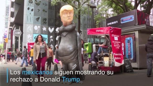 una escultura de donald trump con cuerpo de buitre se erige en la emblematica avenida paseo de la reforma de ciudad de mexico - escultura stock videos & royalty-free footage