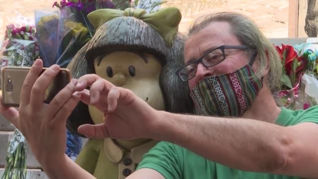 una escultura de mafalda en el barrio san telmo de buenos aires fue el lugar elegido por muchos argentinos para honrar a joaquín salvador lavado, más... - san telmo stock videos & royalty-free footage