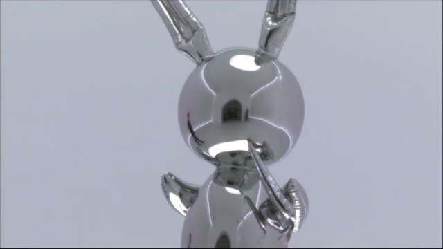 una escultura del estadounidense jeff koons se vendio el miércoles por 911 millones de dolares un record para un artista vivo en una subasta... - escultura stock videos & royalty-free footage