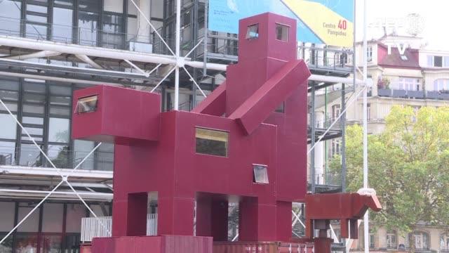 una escultura gigante que podria interpretarse como una pareja teniendo sexo fue rechazada por el museo del louvre en paris pero el centro pompidou... - escultura stock videos & royalty-free footage