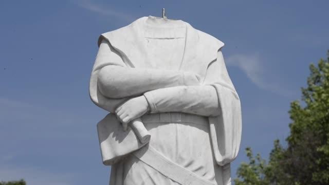 una estatua de cristóbal colón amaneció decapitada el miércoles boston, última víctima del movimiento que exige la retirada de estatuas que... - statue stock videos & royalty-free footage