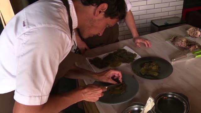 una estrella mundial de la gastronomia el chileno rodolfo guzman suena con recuperar los sabores olvidados de chile explorando la naturaleza de su... - restaurante stock videos & royalty-free footage