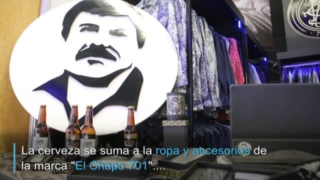 una etiqueta en una gama de negro marron y blanco envuelve la botella de el chapo mexican lager una cerveza con el rostro del capo que se integra a... - blanco y negro stock videos & royalty-free footage