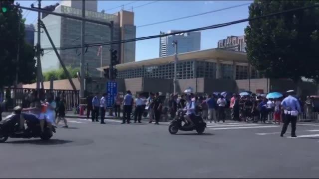 una explosion se produjo el jueves delante de la embajada de estados unidos en pekin cuando un hombre intentaba encender un pequeno artefacto... - delante de stock videos and b-roll footage