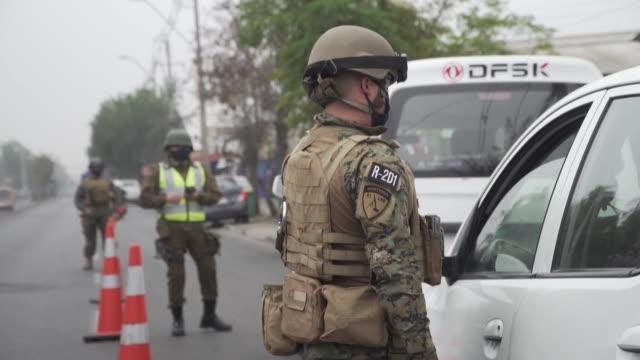 una fuerte presencia militar se impuso en las zonas vulnerables de santiago donde el lunes hubo protestas por comida y trabajo en medio de una... - comida stock videos & royalty-free footage