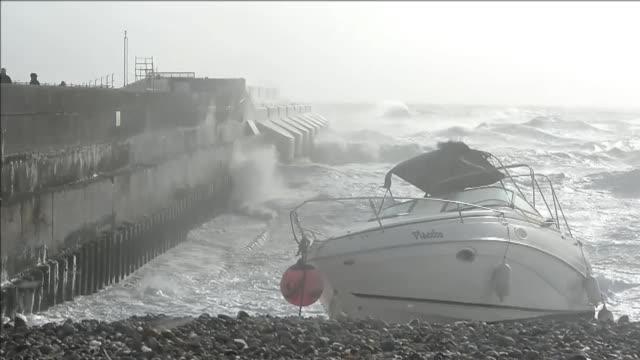 una fuerte tormenta con lluvias y vientos de hasta 160 km/h azota el lunes el reino unido y el norte de francia dejando danos materiales importantes... - reino unido stock videos & royalty-free footage