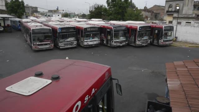 una huelga de 24 horas de transportistas y sindicatos opositores en demanda de la reduccion de un impuesto a los salarios paralizaba este martes gran... - sindicatos stock videos & royalty-free footage