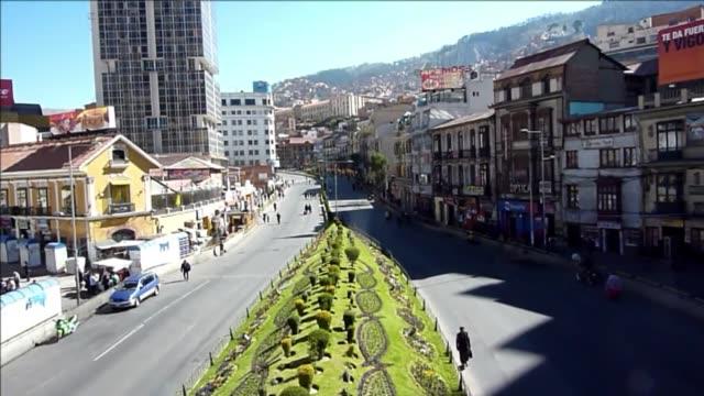 una huelga de choferes paralizo totalmente la paz este lunes voiced ni un solo auto en la paz on may 07 2012 in la paz bolivia - sindicatos stock videos & royalty-free footage