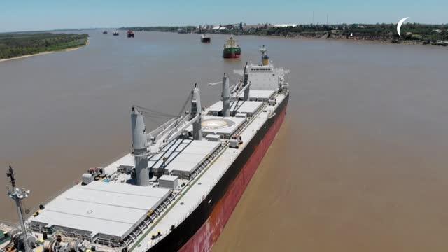 stockvideo's en b-roll-footage met una huelga iniciada hace 13 días por tres sindicatos afecta la carga y descarga en los puertos agroexportadores argentinos, donde más de un centenar... - agricultura