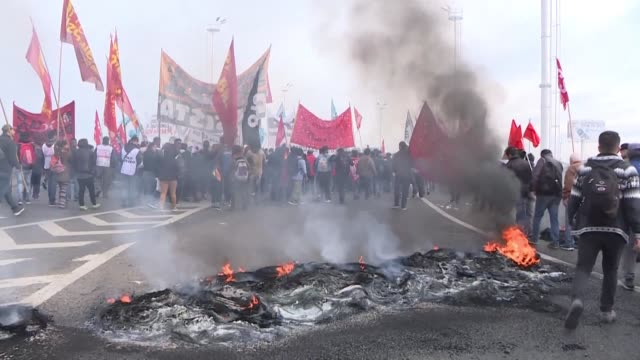 una huelga nacional con una marcha masiva en la capital convocada por sindicatos opositores se desarrollo el martes en argentina en protesta por las... - sindicatos stock videos & royalty-free footage