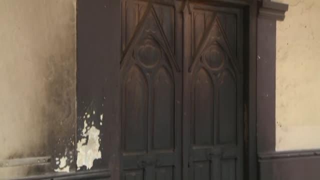Una iglesia de Santiago sufrio en la madrugada del lunes un ataque incendiario que provoco danos menores sumandose a la larga lista de templos...