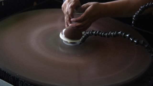 stockvideo's en b-roll-footage met una iniciativa de reciclaje que transforma botellas en vasos busca alejar a los residentes de una de las zonas mas violentas de guatemala de las... - initiatief