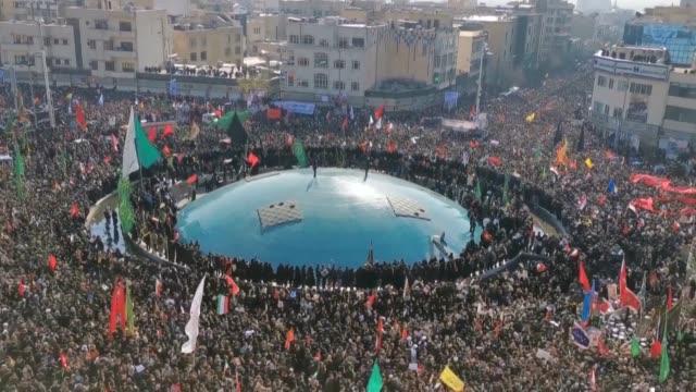 una inmensa multitud lleno las calles de teheran el lunes para rendir homenaje al general qasem soleimani el comandante mas admirado de iran muerto... - multitud stock videos & royalty-free footage
