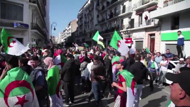 una inmensa multitud volvio a invadir el centro de argel el viernes el primero desde la dimision de abdelaziz buteflika luego de un mes de protestas... - multitud stock videos & royalty-free footage