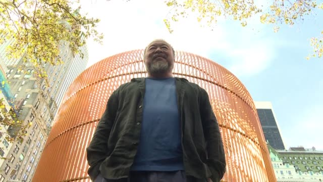 Una jaula de oro cerca de la Trump Tower retratos de inmigrantes colgados en faroles el artista chino Ai Weiwei celebra a con obras de gran formato a...