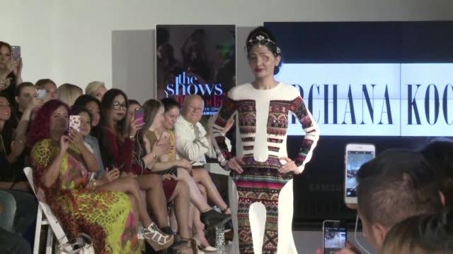 vídeos y material grabado en eventos de stock de una joven india desfigurada con acido fue el jueves la celebridad de la primera jornada de la semana de la moda en nueva york desde donde espera... - llevar