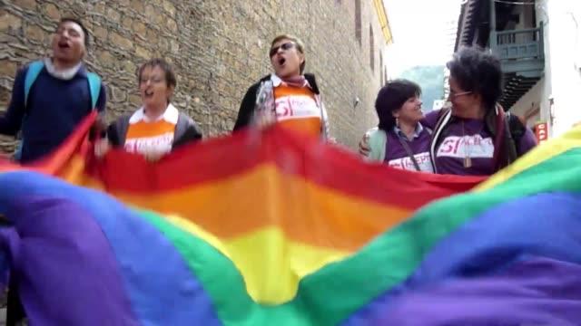 una jueza colombiana declaro como casada a una pareja de hombres homosexuales aunque sin considerar la union como un matrimonio voiced casados sin... - hombres stock videos & royalty-free footage