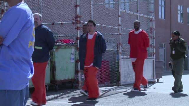 stockvideo's en b-roll-footage met una ley californiana exige que las prisiones estatales pongan condones a disposicion de los presos pese a que el sexo entre ellos va contra las... - gevangene