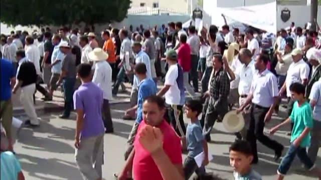 una manifestacion contra el gobierno tunecino tuvo lugar este martes en sidi buzid, cuna de la revolucion de 2011, donde tambien se desarrollo una... - revolution stock videos & royalty-free footage
