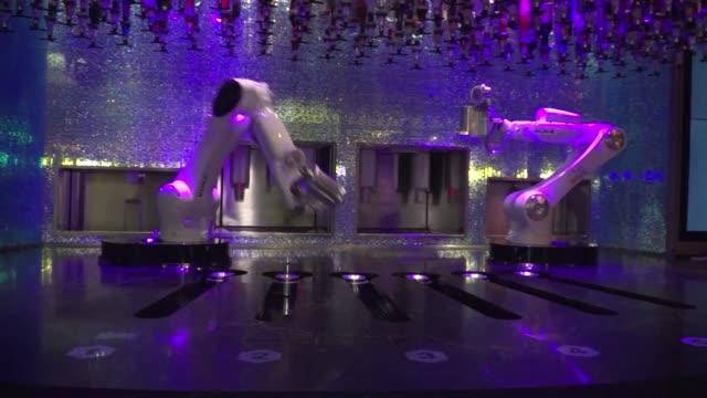 una maquina coloca hielo selecciona una botella agita una mezcladora y vuelca el contenido en un vaso de plastico todo sin derramar una gota - restaurante stock videos & royalty-free footage