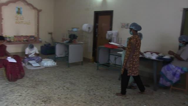vídeos y material grabado en eventos de stock de una maquina creada en india permite hacer toallas sanitarias de bajo coste mas accesibles para las mujeres y asi mejorar su empoderamiento en este... - reglas