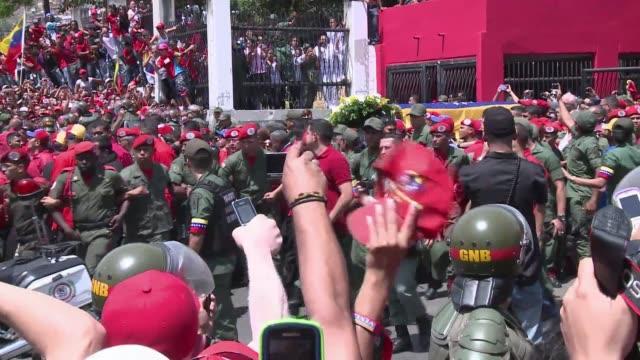 una marea humana sumida en la tristeza acompana el miercoles el cortejo fúnebre del presidente venezolano hugo chavez en su recorrido del hospital... - tristeza stock videos and b-roll footage