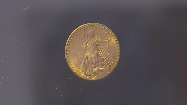 vídeos y material grabado en eventos de stock de una moneda de oro estadounidense de 1933 fue subastada el martes en la casa sotheby's de nueva york por 18,87 millones de dólares,un monto récord y... - casa de la moneda