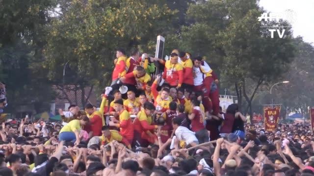 una muchedumbre siguio el martes la procesion anual del nazareno negro en las calles de manila en una de las manifestaciones mas impresionantes de... - tocar stock videos & royalty-free footage