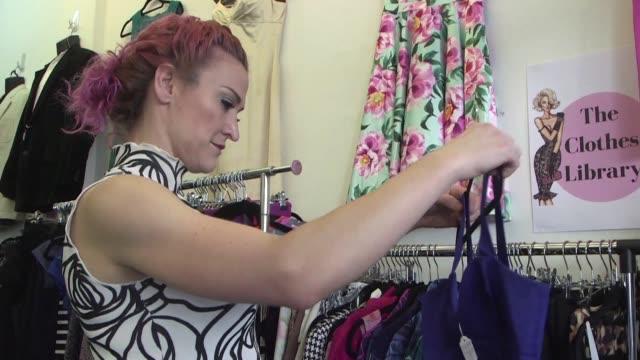 una mujer australiana abrio biblioteca de ropa para animar a los compradores a rentarla en vez de comprarla y romper su adiccion a la moda - biblioteca stock videos and b-roll footage