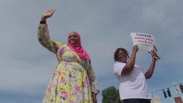 una mujer quiere ser la primera musulmana en el congreso de estados unidos para ayudar a la comunidad en la que crecio al oeste massachusetts pero... - congreso stock videos and b-roll footage