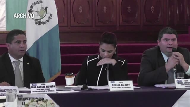 una multitud celebro este viernes en guatemala la renuncia de la vicepresidenta roxana baldetti salpicada por un escandalo de corrupcion que desde... - multitud stock videos & royalty-free footage