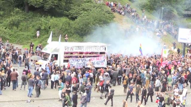 una multitud de manifestantes se reunio el miercoles en hamburgo alemania donde se realizara la cumbre del g20 el viernes y sabado - multitud stock videos & royalty-free footage