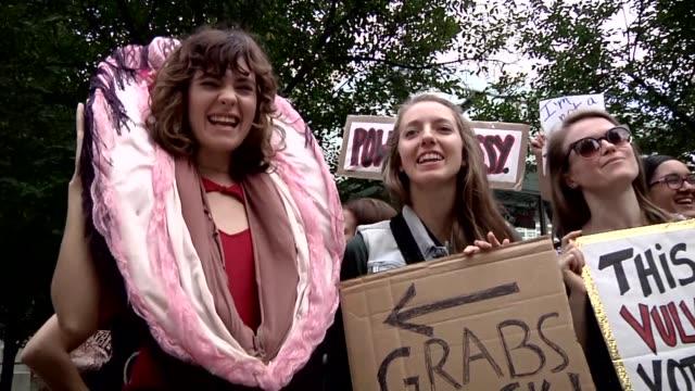 una multitud de mujeres se reunio frente a la trump tower de chicago el martes para protestar por los polemicos comentarios sexistas del candidato... - multitud stock videos & royalty-free footage