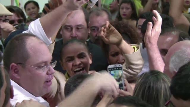 una multitud espera en el aeropuerto a marina silva la candidata ecologista que este domingo aspira a convertirse en primera presidenta negra del pais - multitud stock videos & royalty-free footage