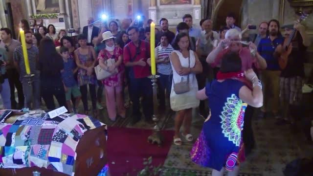 una multitud le dio el ultimo adios el miercoles en la catedral de santiago al poeta chileno nicanor parra que fallecio el martes a los 103 anos - multitud stock videos & royalty-free footage